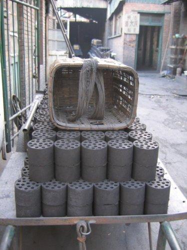 Une charrette et le charbon rangé dessus