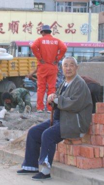 Retraité assis sur un trône de briques