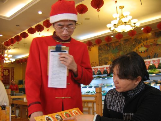 Serveur et cliente au restaurant
